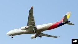 一架韩亚航空公司的飞机6月18日在首尔仁川机场降落