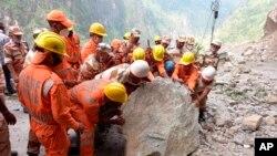 Pasukan Tanggap Bencana Nasional (NDRF) India melanjutkan operasi penyelamatan di lokasi tanah longsor di distrik Kinnaur, negara bagian Himachal Pradesh, India utara, Rabu, 11 Agustus 2021.