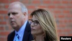 """La estrella de """"Full House"""" y el diseñador de moda están acusados de pagar 500.000 dólares en sobornos para que sus hijas ingresaran a la Universidad de Sur de California."""