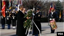 Američki predsjednik Barack Obama i irački premijer Nouri al-Maliki polažu vijenac na Grob neznanog vojnika na Nacionalnom groblju Arlington pored Washingtona, 12.12. 2011. (AP Photo/Carolyn Kaster)