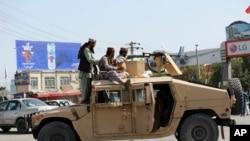 На фото: бійці Талібану поблизу аеропорту у Кабулі