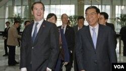 ທ່ານ George Osborne ລັດຖະມົນຕີການເງິນ ອັງກິດ (ຊ້າຍ) ແລະ ປະທານ ອຸດສາຫະກໍາ ແລະທະນາຄານການຄ້າຈີນ ທ່ານ Jian Jianquing