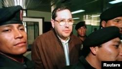 El sacerdote Mario Orantes sale de la corte en Guatemala.