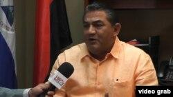 Luis Martínez, cónsul Nicaragua en Miami en entrevista para el canal de su país 100% Noticias. Imagen tomada de grabación de video.