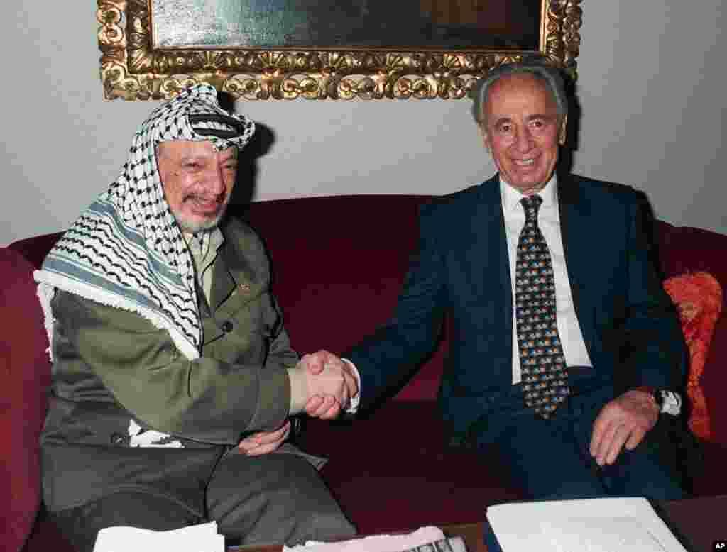 شیمون پرز بعد از نخست وزیری، بارها با عرفات برای احیای صلح دیدار کرد، ۱۹۹۶.