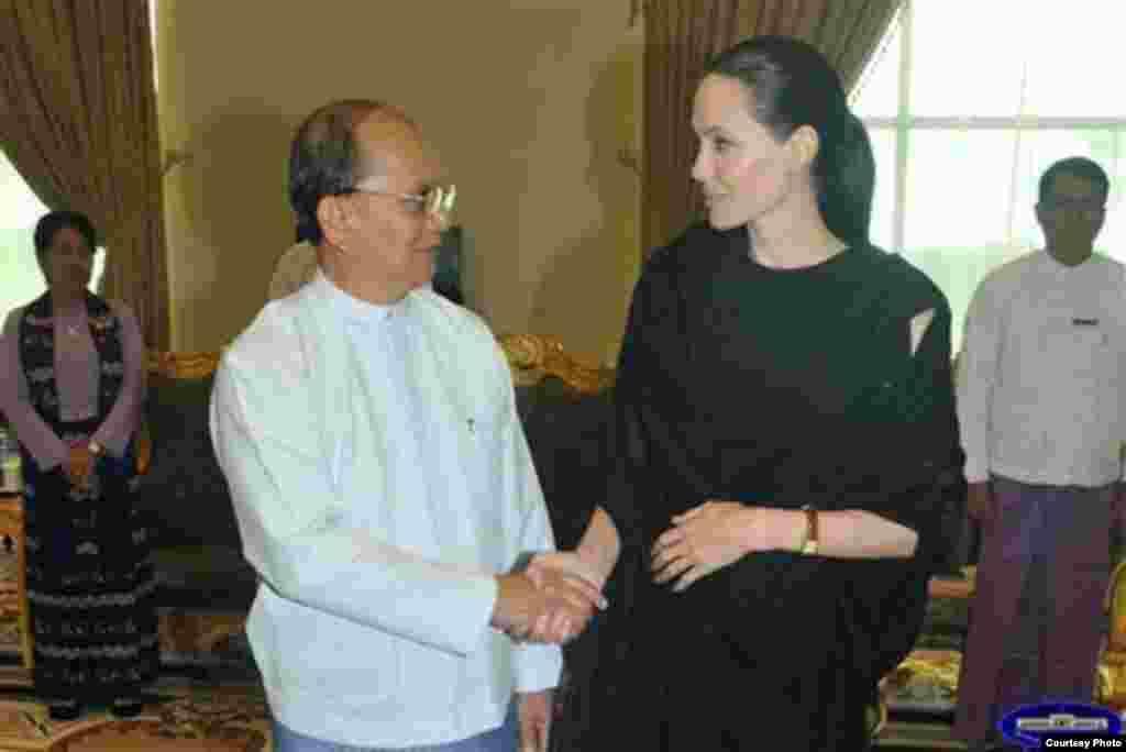 ျမန္မာသမၼတဦးသိန္းစိန္နဲ႔ ဒုကၡသည္မ်ား ဆိုင္ရာ ကုလသမဂၢ မဟာမင္းႀကီးရံုး ရဲ႕ အထူးကိုယ္စားလွယ္ အျဖစ္ ျမန္မာႏိုင္ငံ ကိုေရာက္ရိွေန တဲ့ Angelina Jolie ေတြ႔ဆံု။
