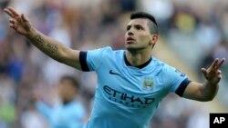 El argentino Sergio Agüero celebra su gol en la victoria de Manchester City por 2-0 sobre Newcastle United.