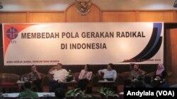 Peneliti Pusat Penelitian Politik LIPI Hamdan Basyar sedang berbicara seputar pencegahan paham radikal di gedung LIPI Jakarta, 18 Februari 2016 (Foto: VOA/Andylala).