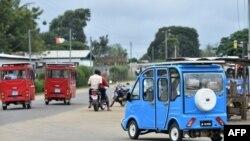 Taxis électriques à trois roues équipés de panneaux solaires sur le toit de la ville côtière de Jacqueville, en Côte d'Ivoire, le 7 septembre 2018.