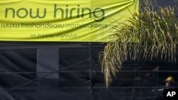 Spanduk iklan lowongan pekerjaan di pasar swalayan Fresh & Easy di Los Angeles. (Foto: Dok)