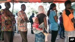File d'attente dans un bureau de vote de Ouagadougou, le 29 novembre 2015. (AP Photo/Theo Renaut)