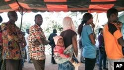 Cử tri Burkina Faso xếp hàng chờ bỏ phiếu tại Ouagadougou, ngày 29/11/2015.