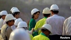 緬甸民主派領袖昂山素季在沙倫基鎮與失去土地的村民會面之後觀察銅礦。(2013年3月14日資料照)