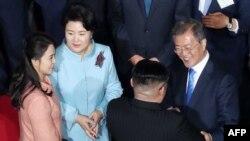 朝鲜领导人金正恩夫妇与韩国总统文在寅夫妇在峰会闭幕式结束前话别(2018年4月27日)