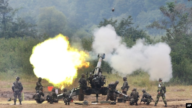 A South Korean army 155 mm howitzer fires in a live fire drill during the annual exercise in Paju, south of the demilitarized zone that divides the two Koreas, September 21, 2012.