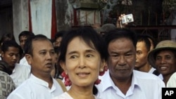 Pro-democracy leader Aung San Suu Kyi leaves her National League for Democracy party's headquarters on 22 Nov. 2010, in Rangoon.