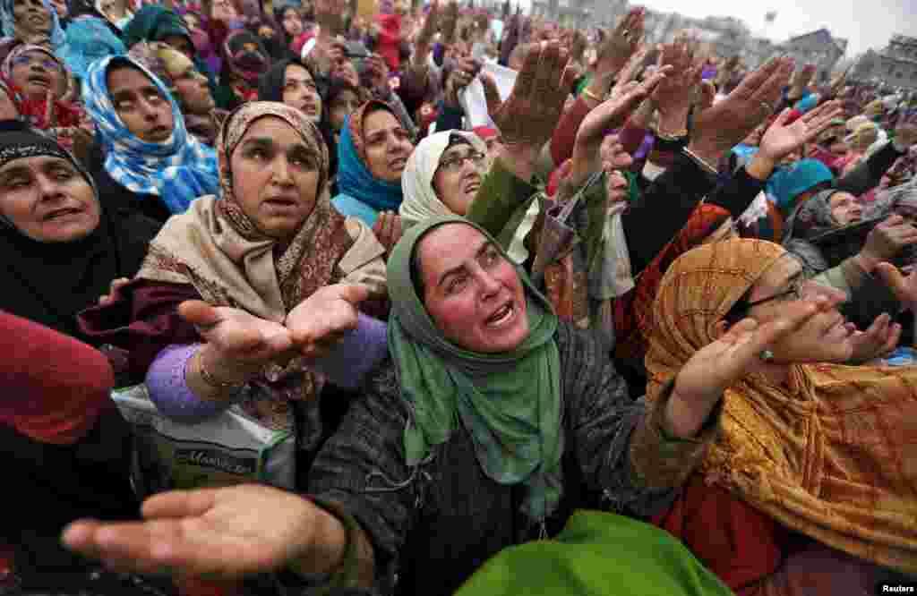 인도 스리나가의 하즈라트발 이슬람 사원에 예언자 무함마드의 후계자의 유물이 도착하자 여성 신도들이 감격스러워하고 있다.
