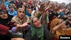 Perempuan Muslim Kahmir dalam peringatan Maulud Nabi di Hazratbal, Srinagar, India, 1 Januari 2016 (Foto: dok).