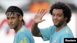 Los brasileños Neymar (derecha) y Marcelo, durante un entrenamiento de la selección olímpica brasileña.
