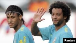 Pemain sepakbola Brazil, Neymar (kiri), dan sesama pemain tim nasional Marcello, pada sesi latihan sebelum Olimpiade London 2012. (Foto: Dok)