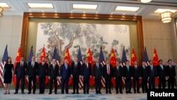 美国贸易代表团成员和中国官员在北京钓鱼台国宾馆合影(2019年5月1日)