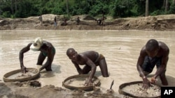 A la recherche de diamants, Waiima, Sierra Leone, le 26 avril 2012. (AP Photo/Adam Butler, File)