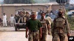폭탄 공격이 일어난 북서부 이슬람 사원에 도착한 파키스탄 군인들