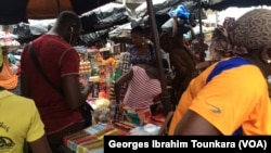 La vente de médicaments dans la rue, une activité qui génère des milliards chaque année pour de nombreuses femmes, à Abidjan, en Côte d'Ivoire, le 12 août 2017. (VOA/Georges Ibrahim Tounkara)