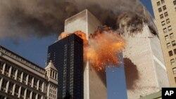 Foto de archivo del momento en que una de las torres gemelas del WTC en Nueva York explota, en los ataques de septiembre 11 del 2001.