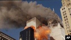 World Trade Center, Nova Iorque, 11 de setembro 2001 - Uma das torres em chamas e outra lança uma nuvem de fumo, depois de dois aviões terem colidido com os edifícios.