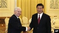 ທ່ານ Robert Gates ລັດຖະມຸນຕີປ້ອງກັນປະເທດສະຫະລັດ ຈັບມືກັບທ່ານ Xi Jinping ຮອງປະທານປະເທດຈີນ ທີ່ກຸງປັກກິງ ໃນວັນທີ 10 ມັງກອນ 2011