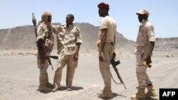 Des soldats soudanais patrouillent à l'ouest de la ville portuaire côtière yéménite de Mokha, le 12 avril 2017.