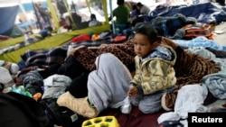 Des migrants d'Amérique centrale se trouve dans un camp près du poste de contrôle de San Ysidro, après que les autorités frontalières américaines ont autorisé l'entrée du premier petit groupe de femmes et d'enfants, à Tijuana, Mexique, 1er mai 2018.