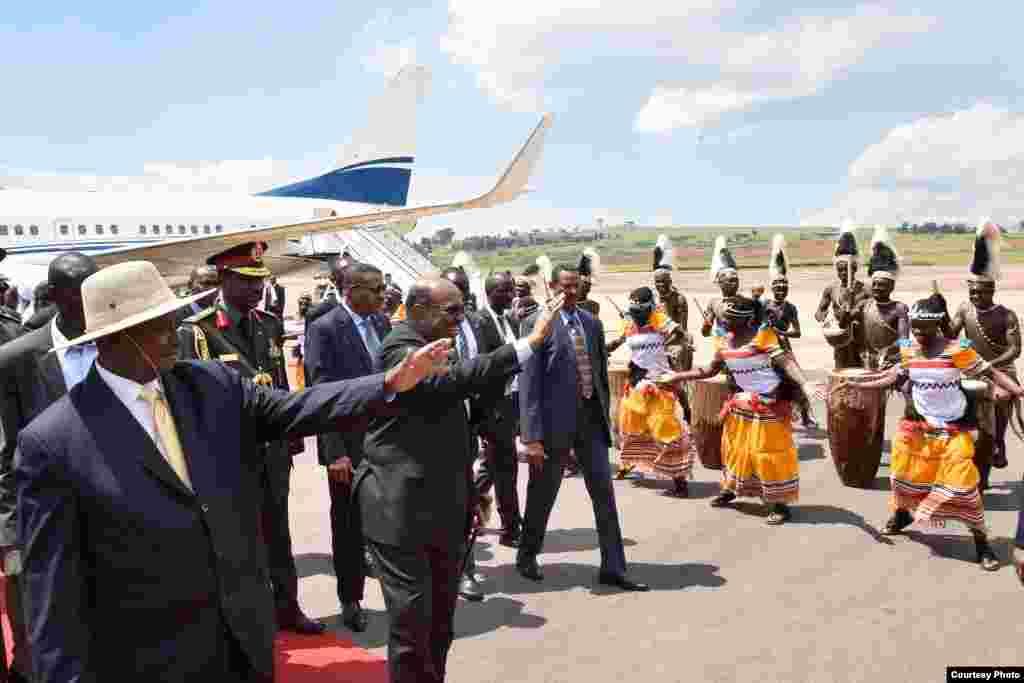 Marais Yowri Museveni wa Uganda na Omar al Bashir wa Sudan wakiwapungia mkono wacheza ngoma