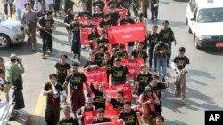 Wartawan Myanmar menggelar aksi protes di Rangoon, 7 Januari 2014. (AP Photo/Khin Maung Win)