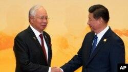 2014年11月11日亚太经合组织(APEC)峰会: 马来西亚总理纳吉布(左)与中国国家主席习近平握手