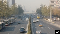 秋末冬初北京环城公路上,烟雾降低了能见度