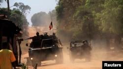 Une patrouille de soldats français dans le village de Bossangoa, au nord de Bangui, 2 janvier 2014.