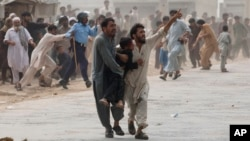 پس از حملات تروریستی پیهم در پاکستان، پولیس آنکشور تعدادی از مهاجرین افغان را بازداشت و به زندان انداخته است.