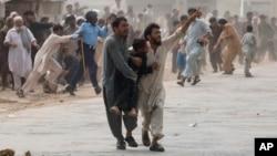 مهاجرین افغان به ویژه آنانی که فاقد اسناد اند از سوی پولیس پاکستان لت و کوب، بازداشت و رد مرز می شوند