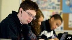 Alex Jacobs mengerjakan soal-soal matematika di Sekolah Menengah Reynoldsburg di Reynoldsburg, Ohio. (Foto: Dok)