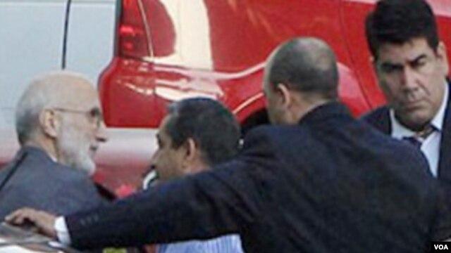 El contratista Alan Gross (izq) cuando era llevado a juicio en La Habana hace cuatro años.