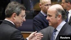 El ministro español de Guindos, habla con el presidente del Banco central Europeo, en una reunión del Ecofín en Luxemburgo.
