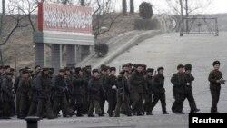 지난 29일 북한 주민들이 압록강변에서 군사훈련 중이다. 북-중 국경지역인 중국 단둥시에서 바라본 북한 신의주.