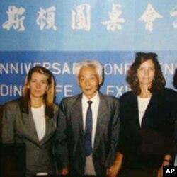 王若望(左二)到普林斯顿大学开座谈会 (翻摄)