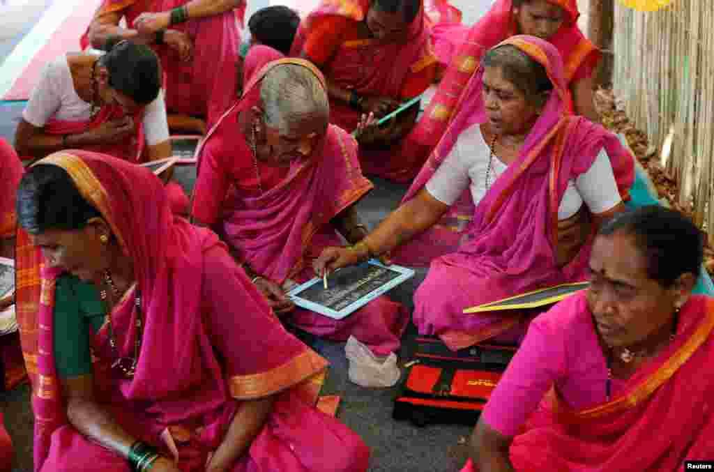 «مدرسه مادربزرگها» در دهکدهای در هند.