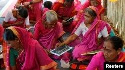 Para perempuan lanjut usia mengikut kelas di Aajibaichi Shaala (Sekolah Nenek) di desa Phangane, India (15/2). (Reuters/Danish Siddiqui)
