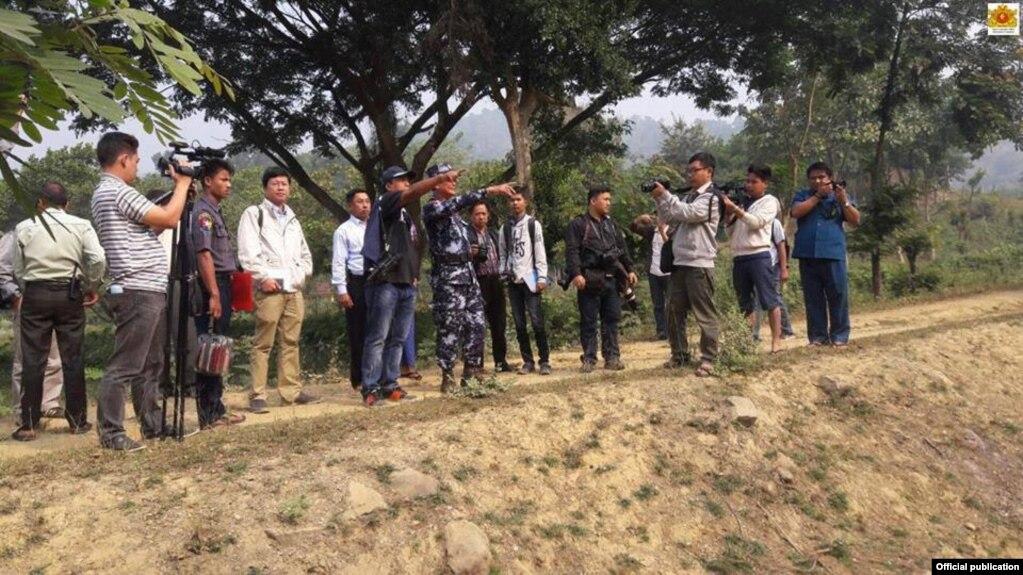 ေမာင္ေတာေဒသအတြင္း သတင္းသမားမ်ား ၂၀၁၆ ဒီဇင္ဘာလအတြင္း သတင္းယူေနစဥ္ (MOI Webportal Myanmar)
