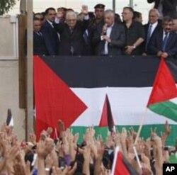 ប្រធានាធិបតីប៉ាទ្បេស្ទីន Mahmoud Abbas នៅចំកណ្តាលខាងលើ លើកដៃទៅអ្នកគាំទ្រនៅពេលត្រឡប់មកកាន់បន្ទាយរដ្ឋាភិបាល នៅក្រុង West Bank នៃ Ramallah កាលពីថ្ងៃទី២៥ កញ្ញា ២០១១។ លោក Abbas បានទទួលការស្វាគមន៍ក្នុងនាមជាវិរៈជន នៅ West Bank ដោយបានថ្លែង