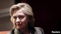 Una mujer aparece en un video del New York Daily News arrastrando la estatua de Clinton en el piso, pisándola y sentándose encima para evitar que un hombre la levantara.